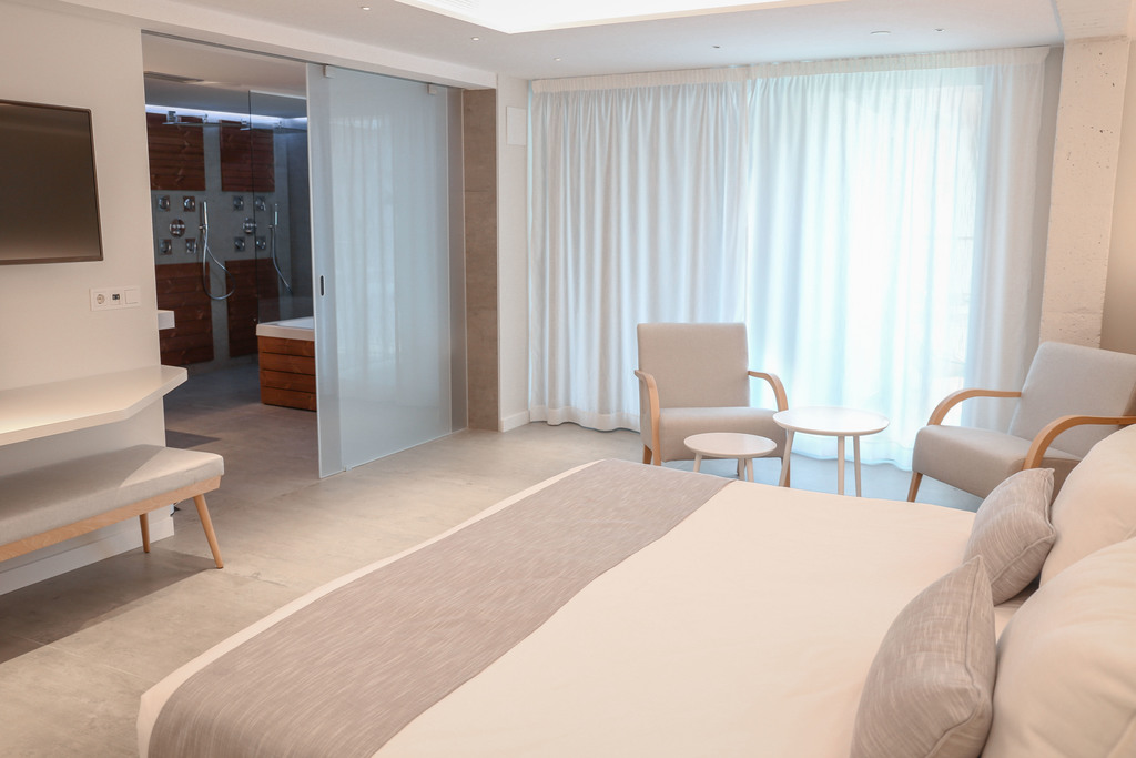 ​Calma Suite with Hydromassage & Balcony swimming pool view