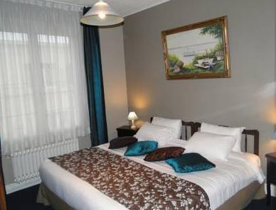 Family Room (1 double bed + 2 single beds)