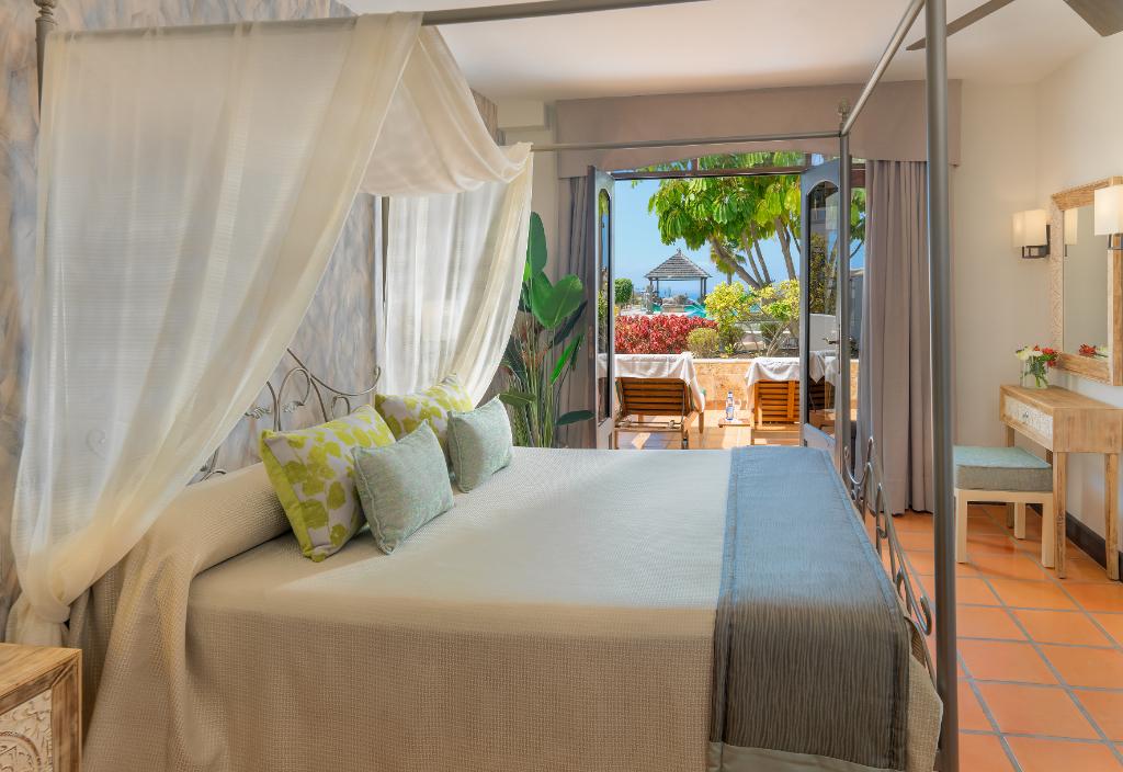 Appartement-Suite de deux chambres à coucher, au bord de la piscine.