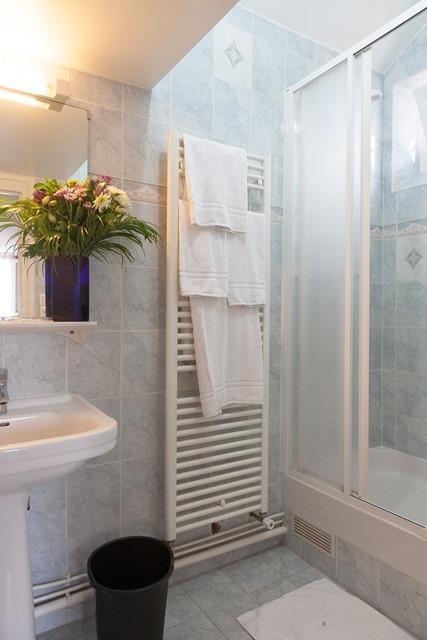 Single Room (private bathroom)