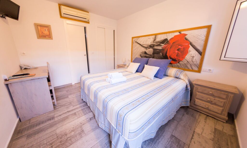 Double room (1 double bed or 2 single beds)