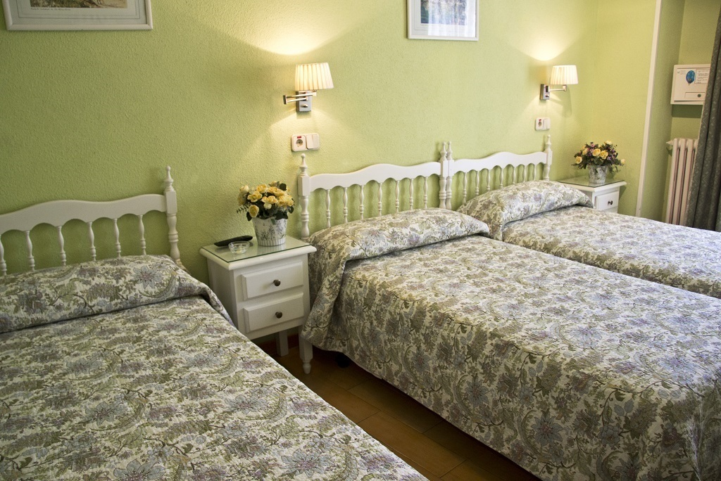 Triple: three single beds with private bathroom