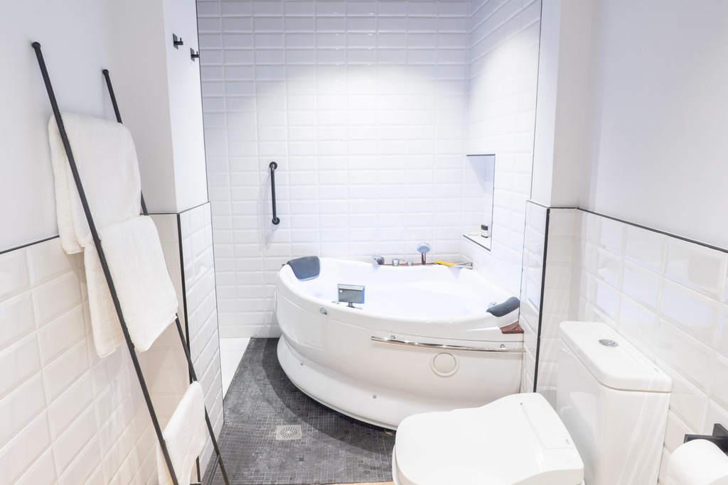 Superior Double room with hydromassage bathtub and Alhambra view